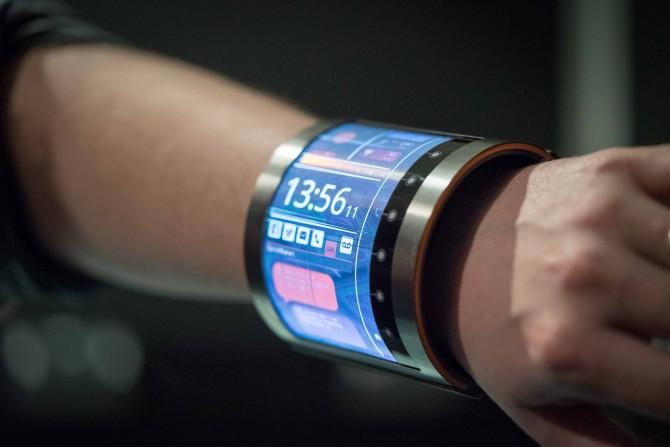 플렉스인에이블은 지난달 스페인 바르셀로나에서 열린 MWC 2016에서 유기 LCD로 만든 팔찌 형태의 디스플레이를 선보였다. - 플렉스인에이블 제공